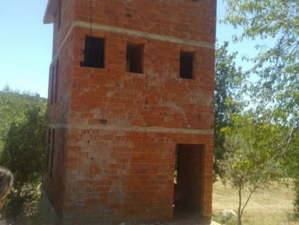kas-gokceoren-also-has-a-3-storey-house-in-the-field-big-5