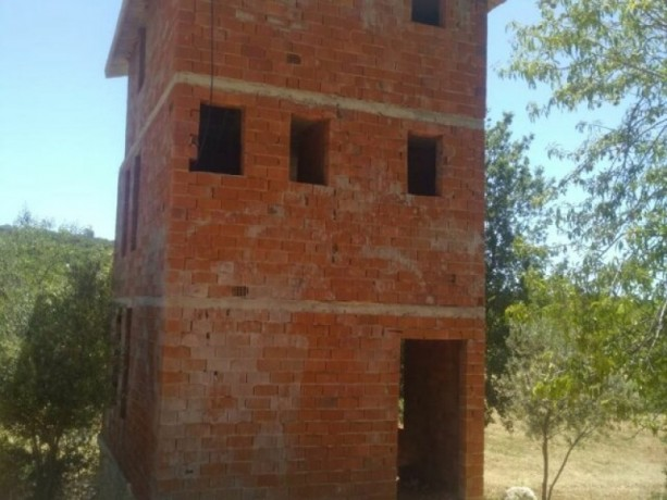 kas-gokceoren-also-has-a-3-storey-house-in-the-field-big-4