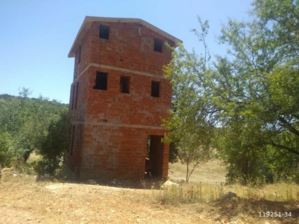 kas-gokceoren-also-has-a-3-storey-house-in-the-field-big-0