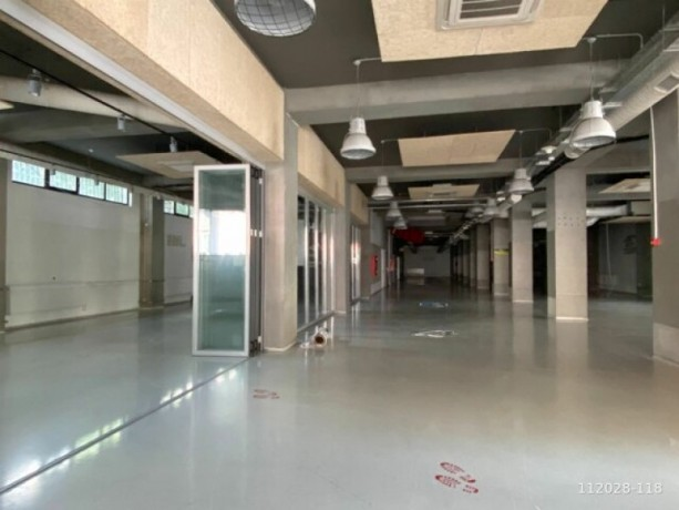 1-000m2-office-floor-with-high-ceiling-with-architectural-decoration-big-0